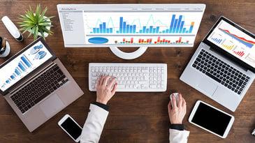 Bilde av tre skjermer med grafer Tips for å optimalisere nettstedet ditt for 2020